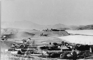 Sausalito north of Nevada Street in the 1920s. The Mason Distillery is in the foreground. The home on the far left in the center of the photo is located to the right of Lincoln/Butte parcel. The lagoon on the right was filled in for the creation of the shipping yards at Marinship in the 1940s. Courtesy of Sausalito Historical Society